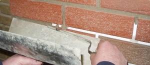 Узкий шпатель для расшивки швов уплотняет и разглаживает смесь.
