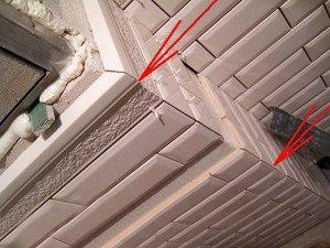 Заусовка кабанчика под 45 градусов. Плитка имеет неровную плоскость, поэтому в этом случае невозможно использовать раскладку.