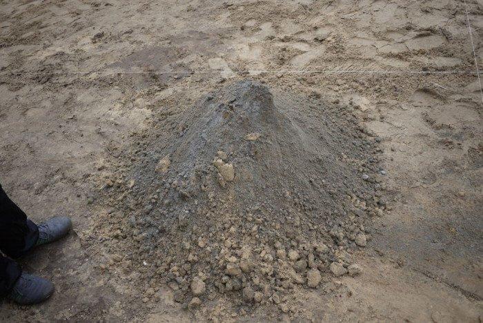 Высыпаем на землю песок и смешиваем его с цементом в пропорции 6 к 1. Лучше использовать влажный песок.
