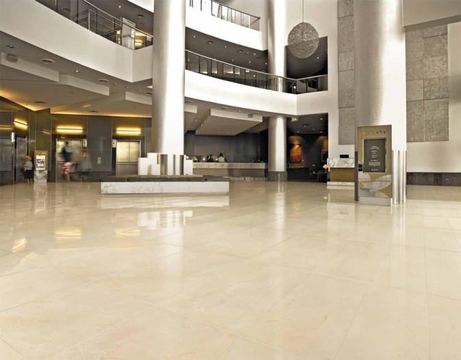 Коллекция Уральские фасады 120х60 см (Уральский гранит, Россия) на полу в крупном холле.