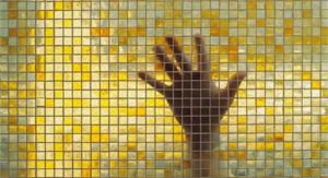Прозрачная мозаика наклеена на перегородку из стекла.