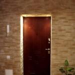 Укладка вокруг входной двери в прихожей.