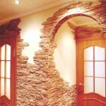 Укладка плитки «рваный камень» вокруг дверных проёмов в коридоре.