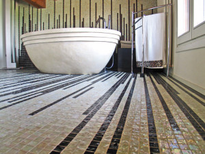 Мозаика на полу в ванной.