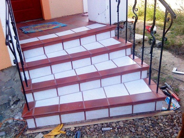 Облицовка нестандартной лестницы. Окантовка сделана специальными клинкерными деталями, а остальное облицовано подрезками обычной плитки.