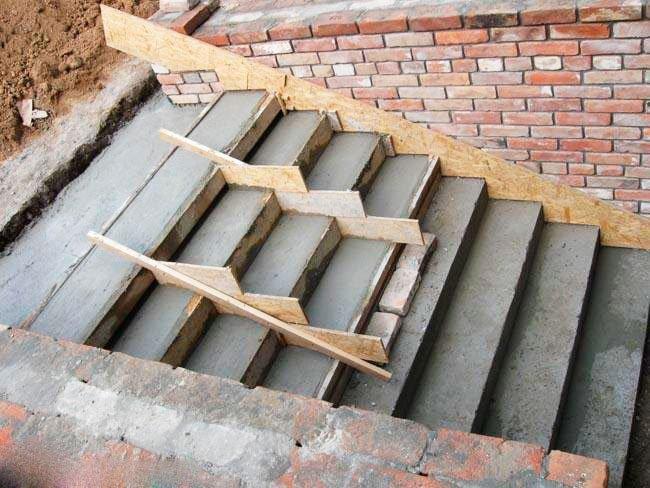 Лучшее основание для лестницы с облицовкой — армированный бетон.
