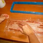 Ждём застывания смеси и вытаскиваем плитку из формы.