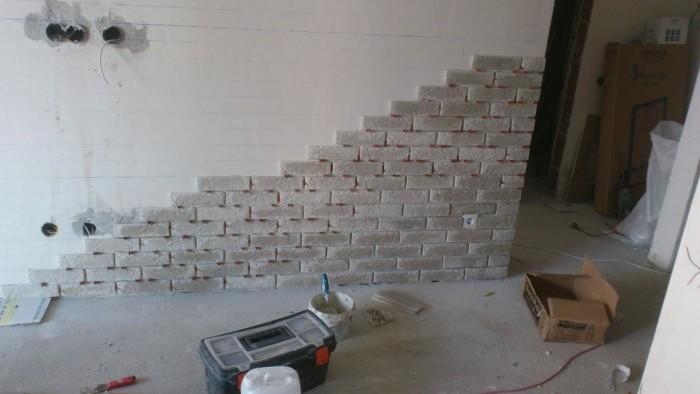 Разметка каждого ряда, чтобы избежать подрезки сверху и снизу. Внизу стены в штукатурке сделана штроба, чтобы туда уходил ламинат для красивого примыкания.