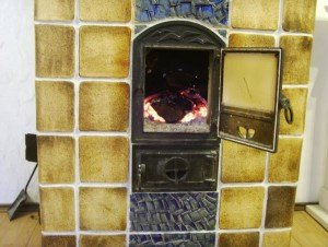 Шамотная плитка с однослойным коричневым напылением и синей глазурью.