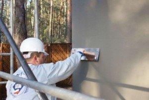 Штукатурка — идеальное основание под облицовку. Утеплитель будет ровно прилегать к стене, а плитка сразу ляжет ровно.